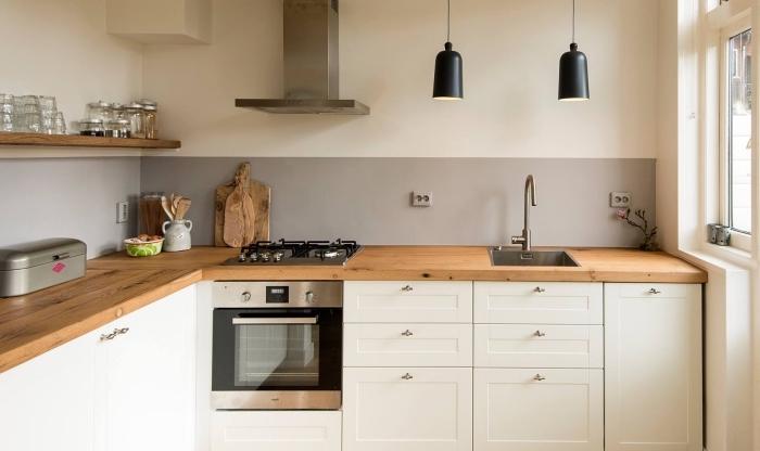petite cuisine équipée de meubles blancs avec plan de travail en bois massif, cuisine en blanc et bois de style rustique