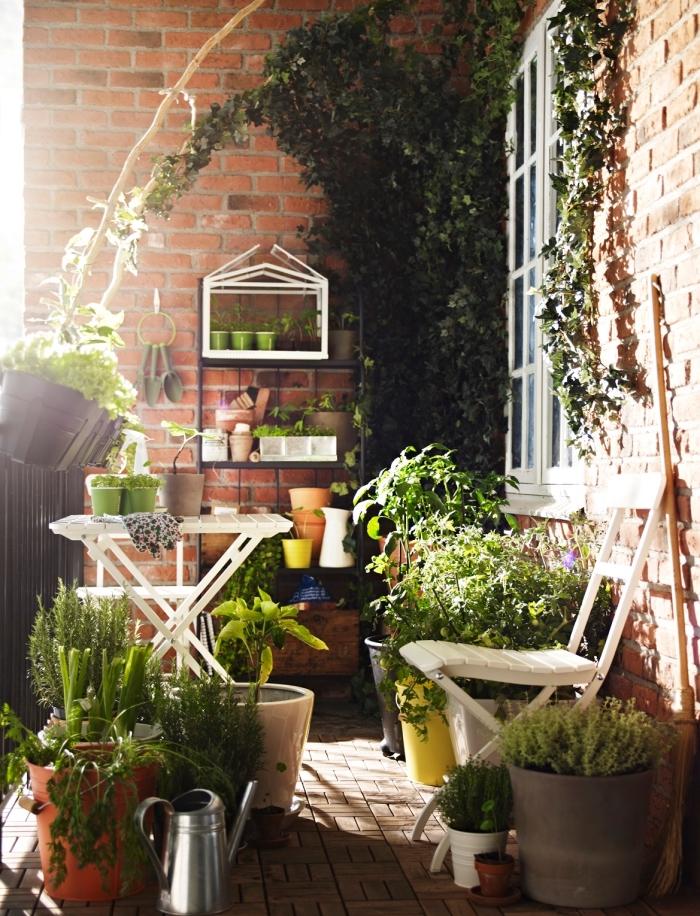 mini jardin sur le balcon aux murs en briques rouges et carrelage marron et beige avec plantes comestibles