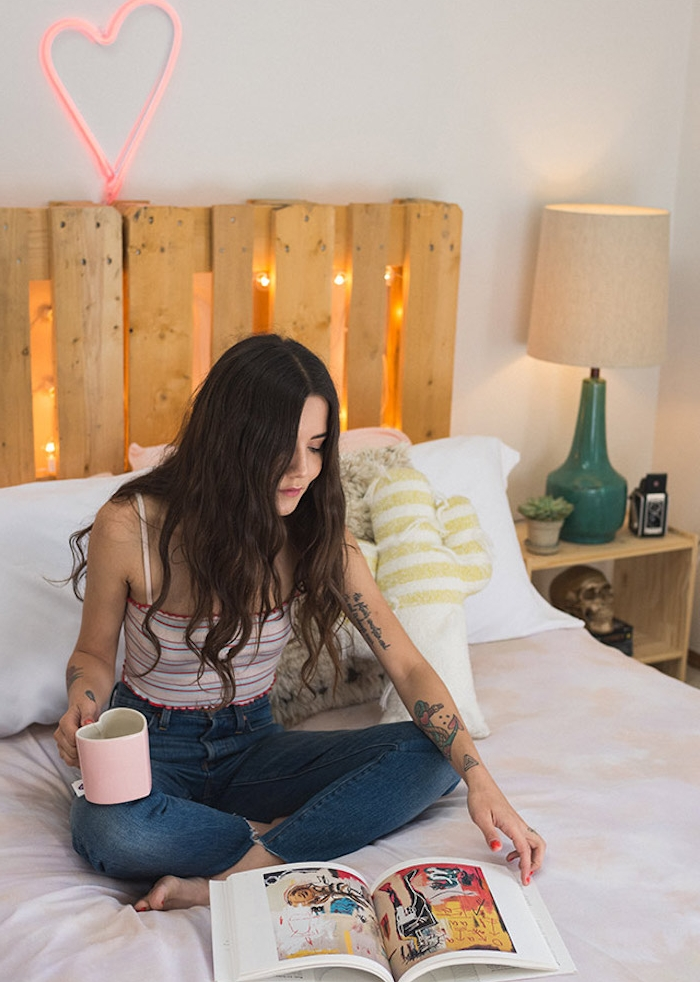 tete de lit palette originale avec des lumières intégrées, linge de lit blanc et beige, coeur LED, deco chambre cocooning