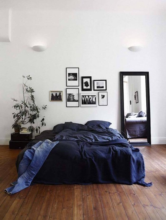 modele de tete de lit scandinave en cadres photo et dessin noir et blanc, linge de lit bleu, parquet marron