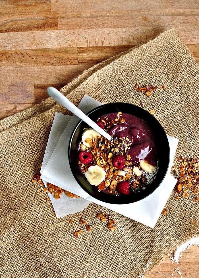 recette de smoothie bowl au muesli, banane et poudre de baie d'açai riche en antioxydant, recette petit déjeuner healthy et énergisant