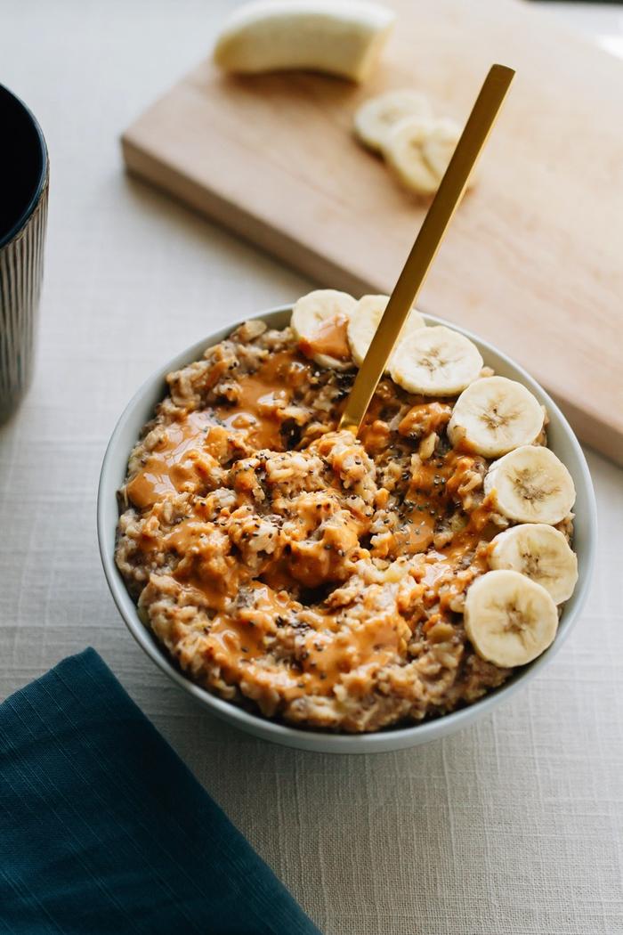 les petits déjeuners parfaits pour manger équilibré tous les jours, recette de porridge de lendemain gourmand au beurre de cacahuète, chia et banane
