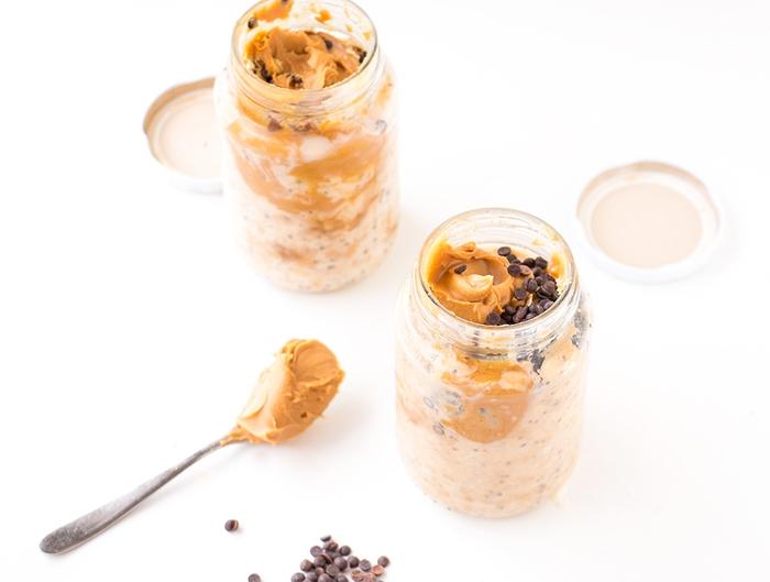 recette de porridge du lendemain vegan au beurre de cacahuète pour un petit déjeuner sain et gourmand