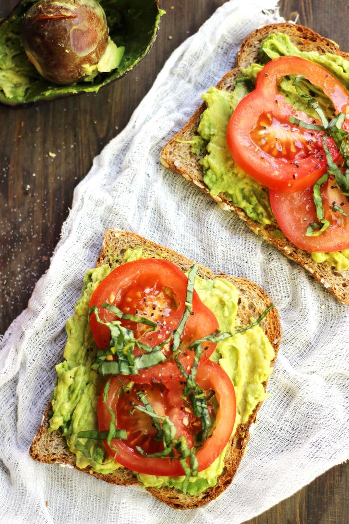 tartine minceur à l'avocat et tomates pour un petit déjeuner équilibré et rapide quand on est pressé le matin