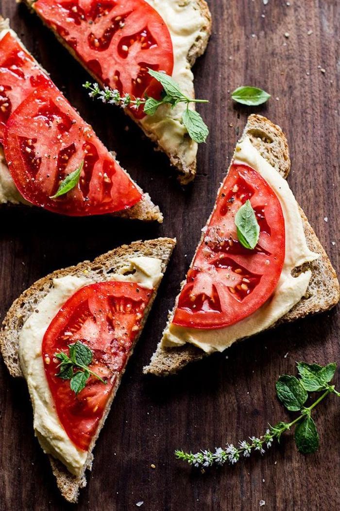 des tartines au houmous fait maison et aux tranches de tomate idéales pour un petit déjeuner diabétique