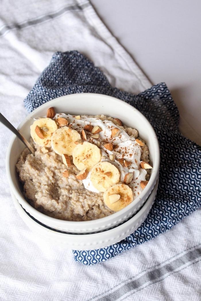recette de porridge traditionnel réconfortant et nourrissant à la banane, cannelle et amandes, idéal pour les petits déjeuners quand on est pressé