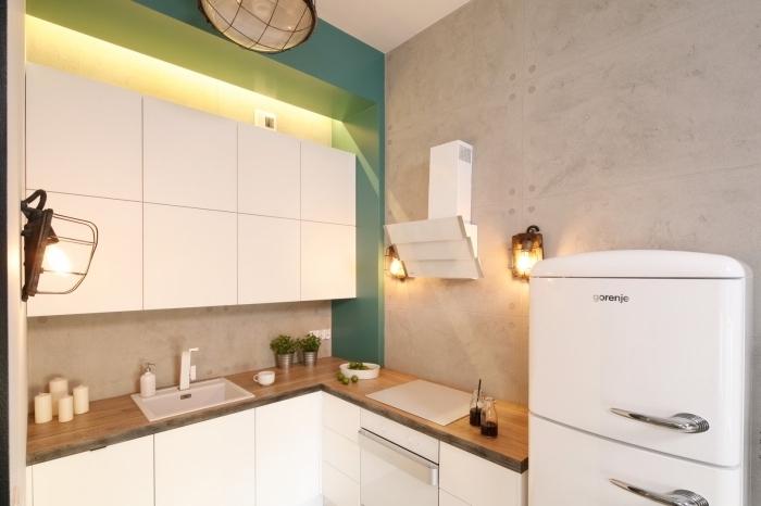 idée aménagement de petite cuisine d'angle avec meubles fonctionnels sans poignées et éclairage à plusieurs niveaux