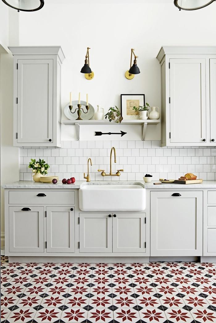 cuisine grise et blanche de style vintage scandinave au sol habillé de carreaux de ciment qui réchauffent l'ambiance épurée