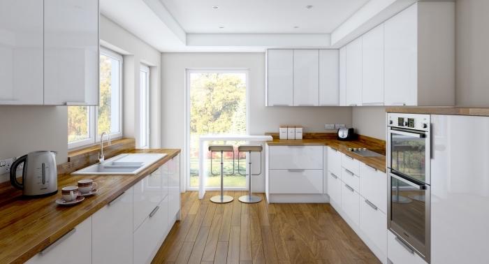 design naturel dans une cuisine blanche aménagée avec meubles blanc laqué et comptoir de bois foncé