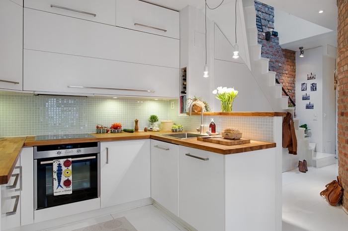 comment aménager une petite cuisine de façon fonctionnelle et esthétique avec meubles en blanc et comptoir de bois foncé