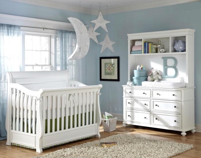ambiance sereine avec déco bicolore en blanc et bleu pastel, aménagement pièce nouveau-né avec armoire et lit-bébé