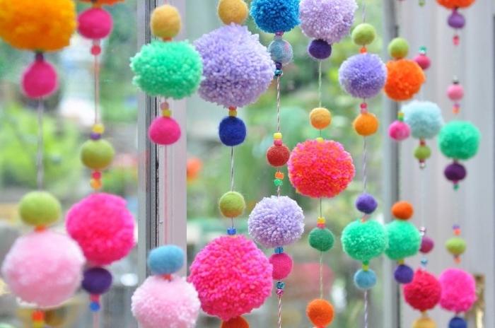 comment décorer sa maison avec objets diy faciles, faire un rideaux de pompons de couleurs et tailles différentes