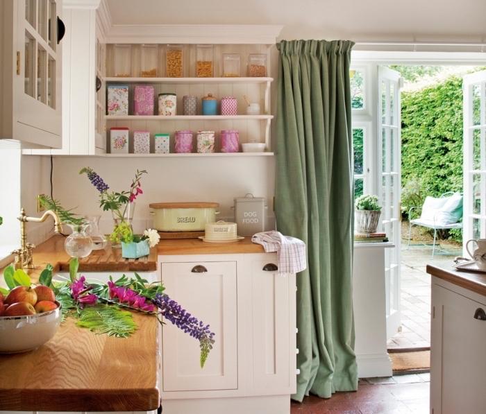 déco campagne chic dans une cuisine aménagée d'angle avec rangement horizontale en forme d'étagères de bois