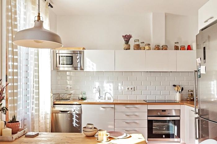 comment choisir un plan de travail pas cher en bois stratifié, aménagement d'une petite cuisine avec table à manger de bois massif