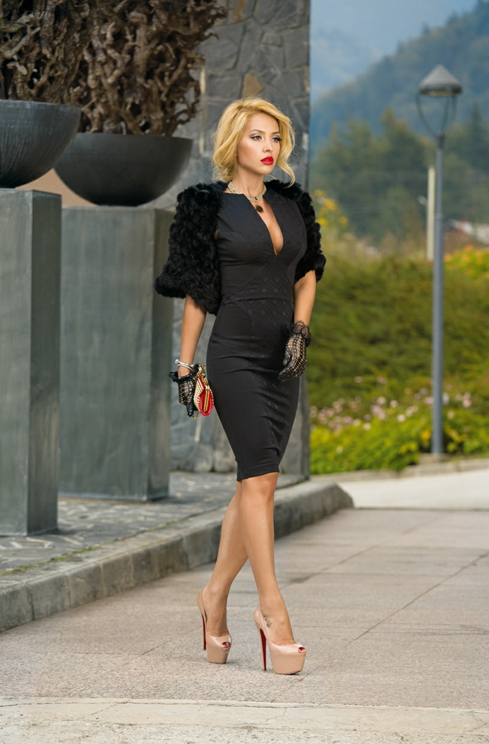 tenue de soirée chic, robe femme habillée noire, manches fausse fourrure