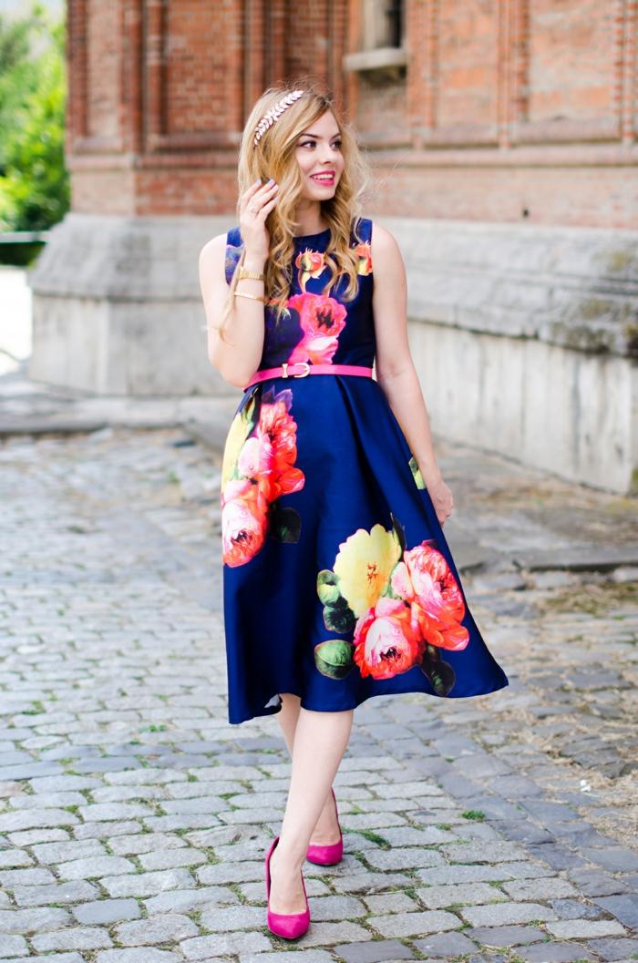 robe midi longue évasée, gros fleurs multicolores, ceinture rose, escarpins roses