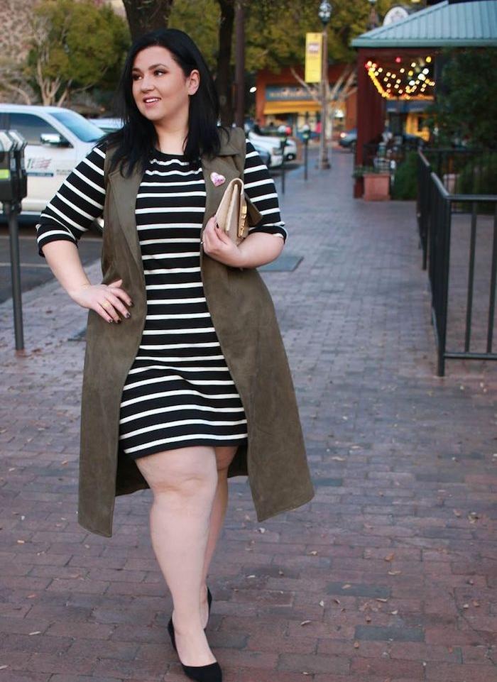 vetement femme ronde à rayures noir et blanc, veste longue grise, chaussures noires et coupe de cheveux carré long