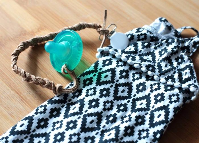 modèle bohème chic d'attache tétine personnalisée en suédine effet cuir avec pince clip ronde blanche