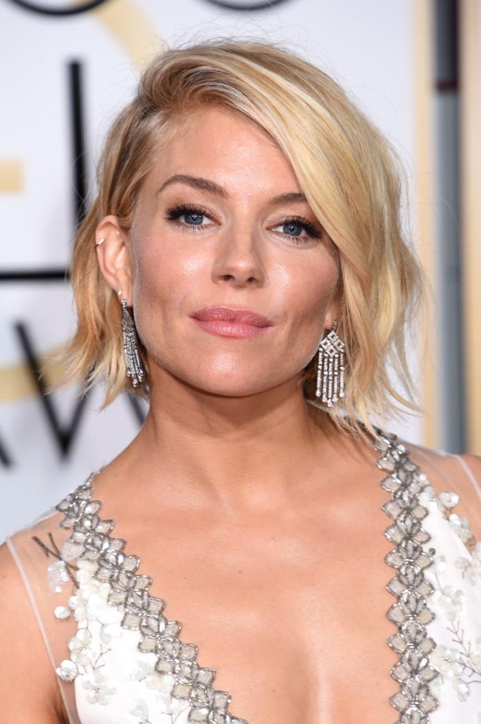 comment styliser les cheveux courts avec effet wavy, couleur de cheveux blonde avec mèches platinum et racines châtain clair