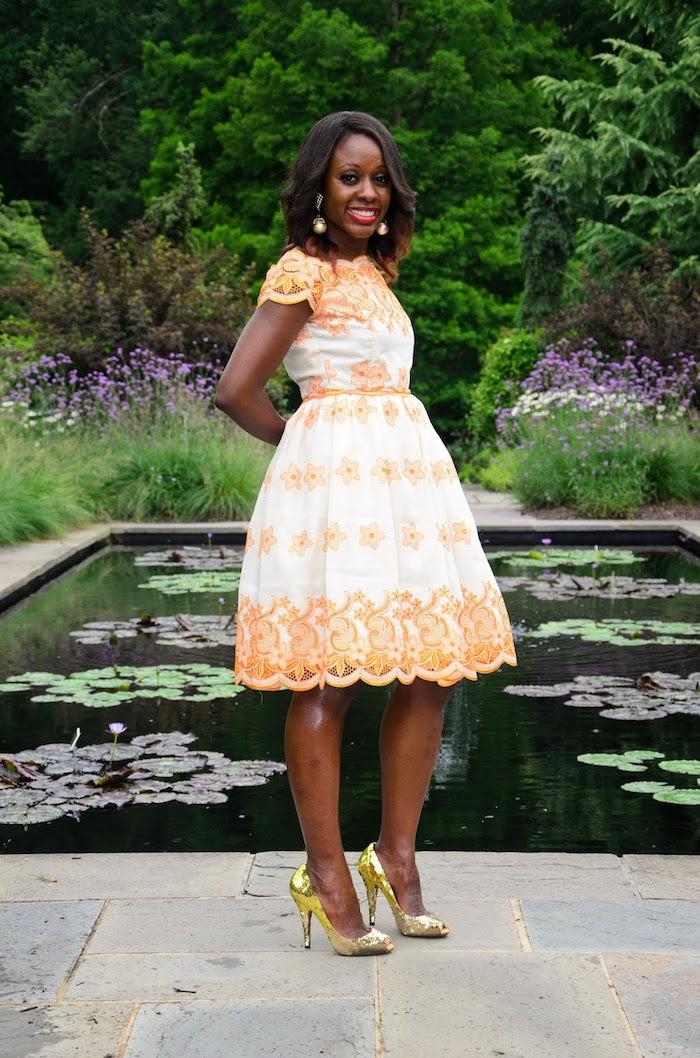 Simple tenue femme pour un bapteme chic tendance de robe rétro chic belle idée robe blanc et orange dentelle