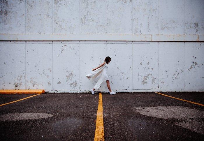 Fond d'écran tumblr femme sur la rue fond d'écran verrouillage cool image artistique parking idée photo à faire