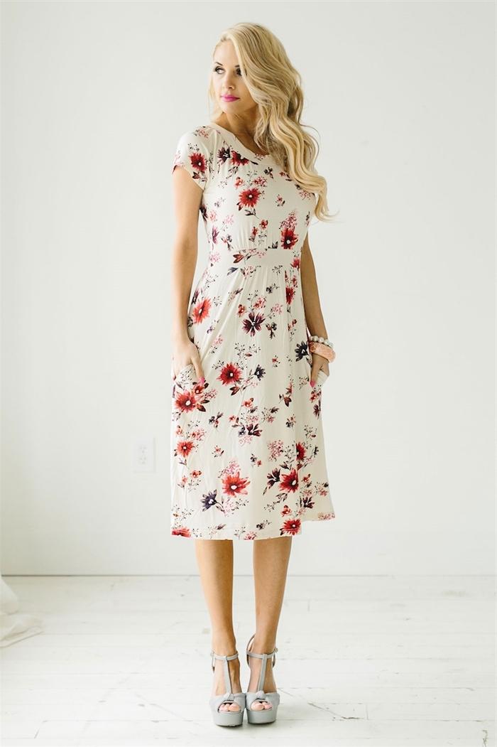 Belle tenue pour un bapteme femme beauté féminine vêtements style robe blanche fleurie