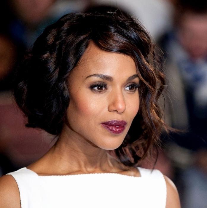 coupe de cheveux carré avec frange longue de côté et boucles de nuances noires et marron, maquillage de soirée avec lèvres violet