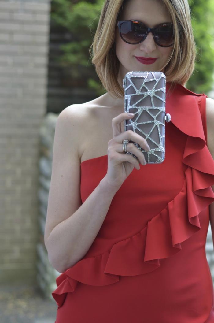 robe design chic avec volant dans la partie haute, modèle asymétrique, pochette grise classy