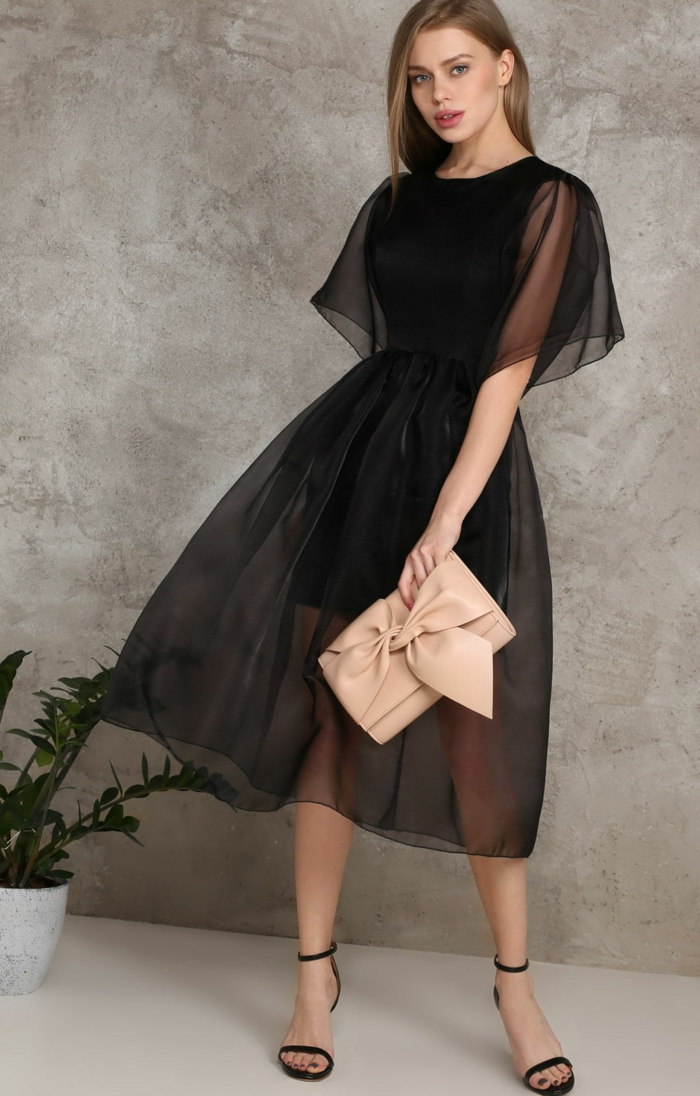 idées pour une tenue femme soirée, robe classe noire en tulle, sac coquet rose nude