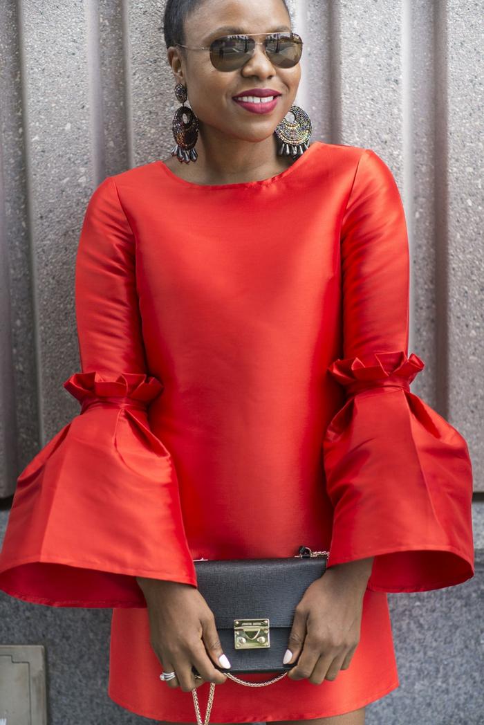 robe rouge avec manches dramatiques, robe classe pour les soirées et pour sortir avec des amis