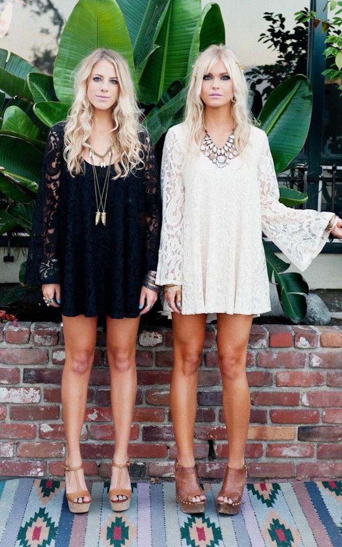 Idée comment s'habiller demain adopter le style bohème chic pour l'été 2018 tendance deux amies robe blanche et robe noire dentelle