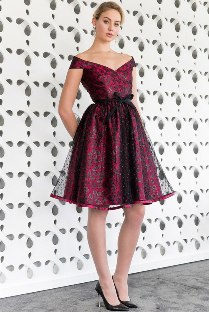 robe classe pourpre style princesse, décolleté triangulaire avec manches légèrement tombantes