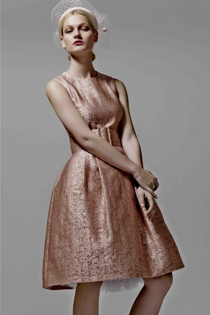 diadème avec filet, robe femme habillée couleur rose, grande ceinture qui souligne ma taille