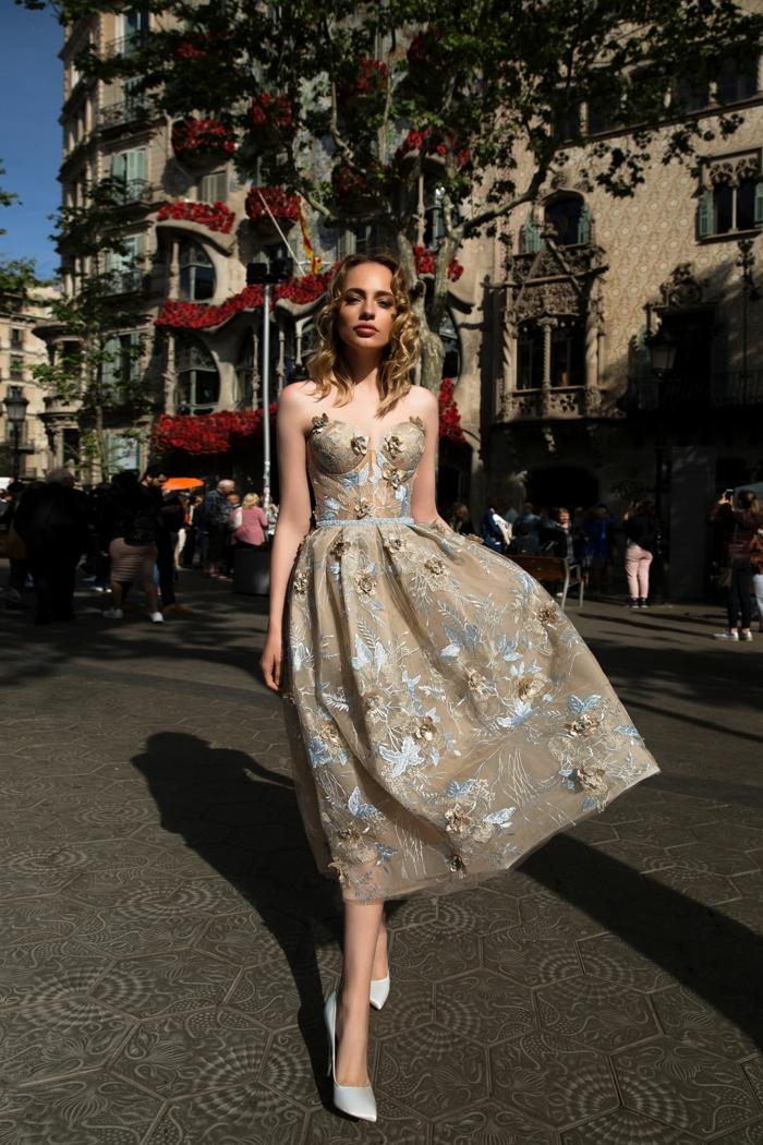 robe de gala beige sophistiquée avec des broderies bleus, robe midi longue bustier