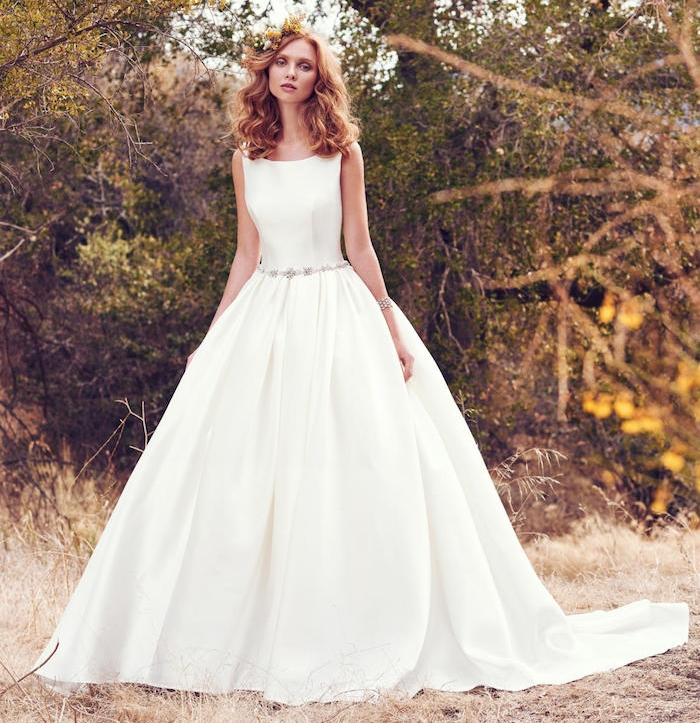 idée de robe de mariée princesse avec une jupe coupe princesse et un corsage blanc, ceinture à pierres décoratives