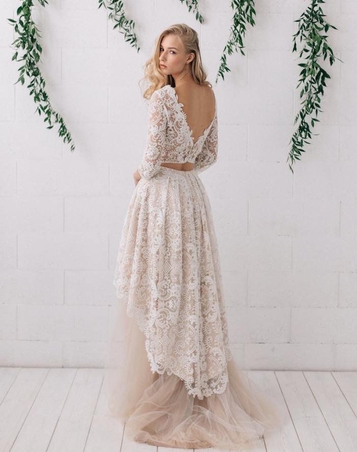 exemple de robe de mariée bohème avec un top en dentelle avec manches et jupe en tulle avec dentelle en dessus