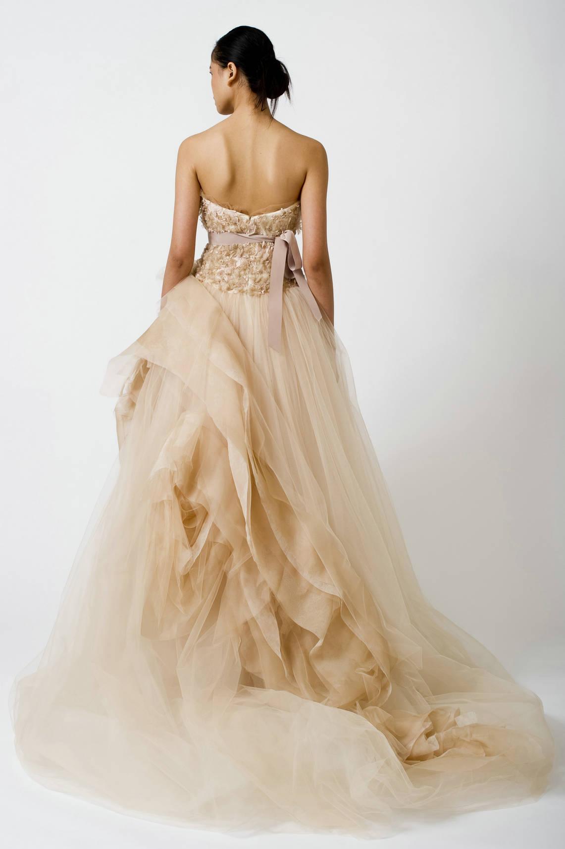 tulle robe mariage couleur champagne avec bustier décoré de plumes motifs et ruban mocca, jupe plissée avec plusieurs couches de tulle