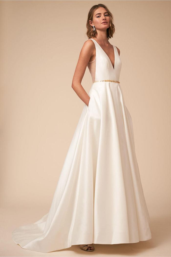 exemple de princesse robe de mariée longue en satin avec une ceinture dorée, dos nu et col v, coupe carré mi long