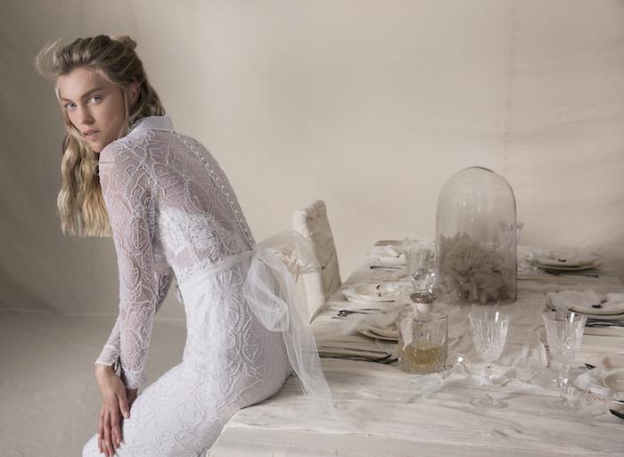 idée de robe mariée dentelle transparente et moulante avec manches et un ruban derrière
