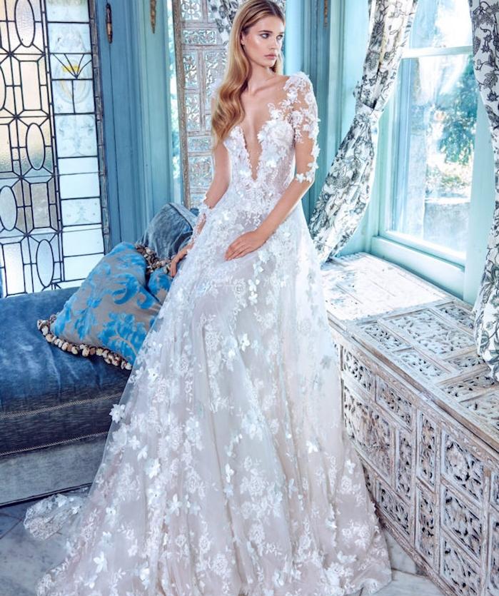 mariée couture robe originale avec des fleurs brodées sur une robe de mariée avec manches transparentes et fleurs dentelle