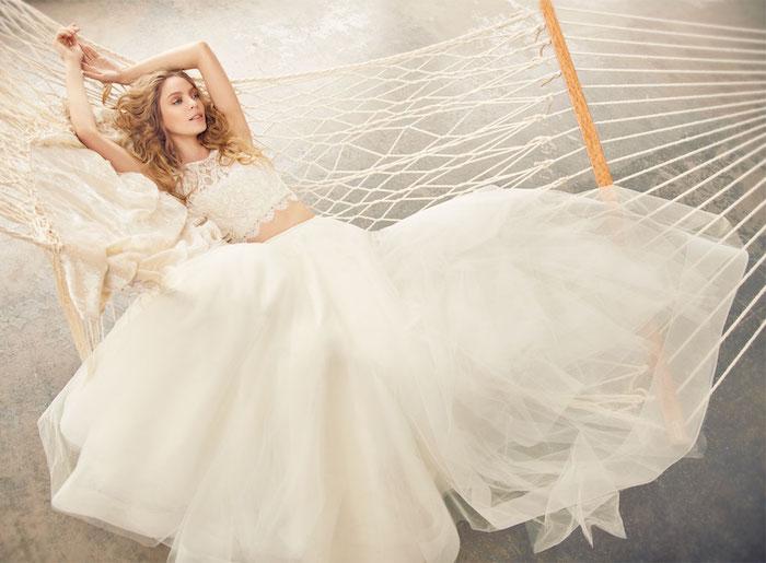 princesse robe de mariée avec un top en dentelle et une jupe en tulle bouffante, fille sur hamac