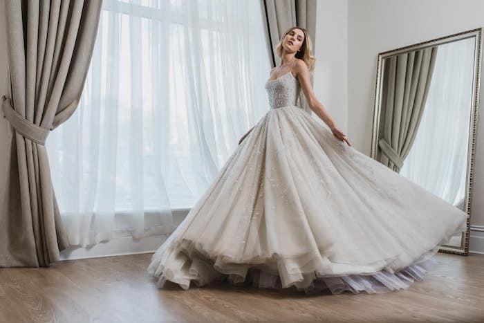 robe de mariage princesse avec une grande jupe évasée en tulle et un bustier à petites étoiles décoratives