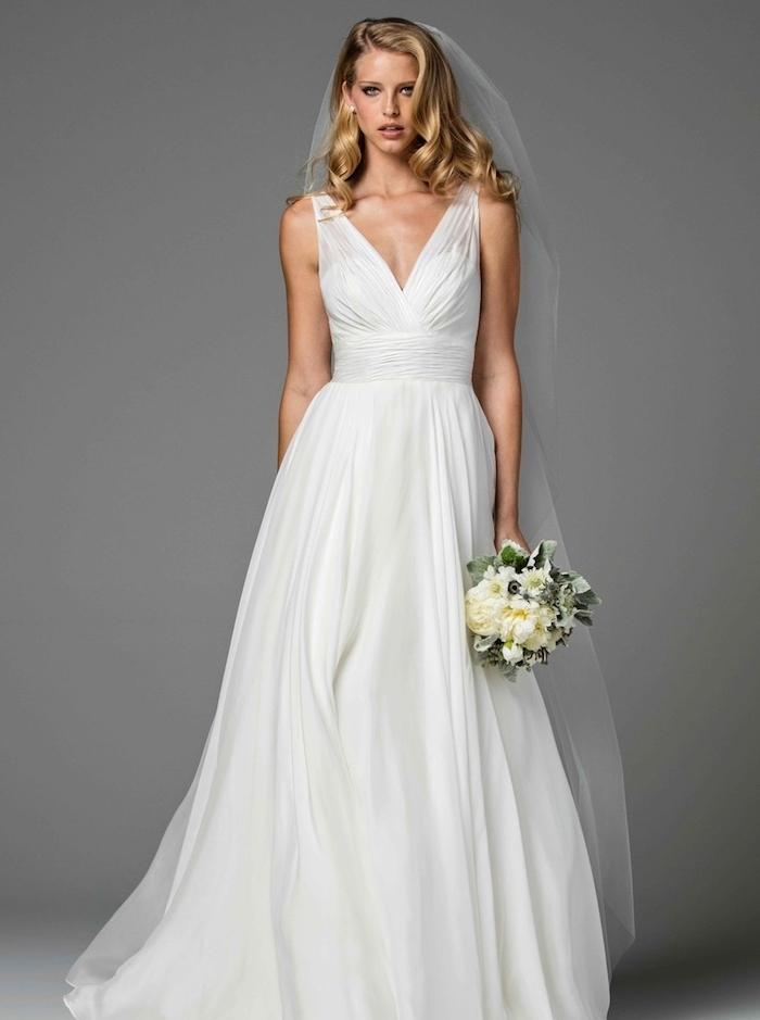 quelle robe de mariée choisir, idée de robe blanche coupe empire avec un top et jupe plissée et bouquet de fleurs