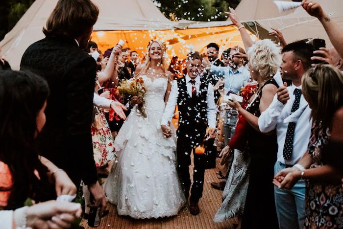 Femme beauté mariage robe de mariée simple et chic robe de marie dentelle robe de merveille blanche épaules nudes mais avec accessoire joli