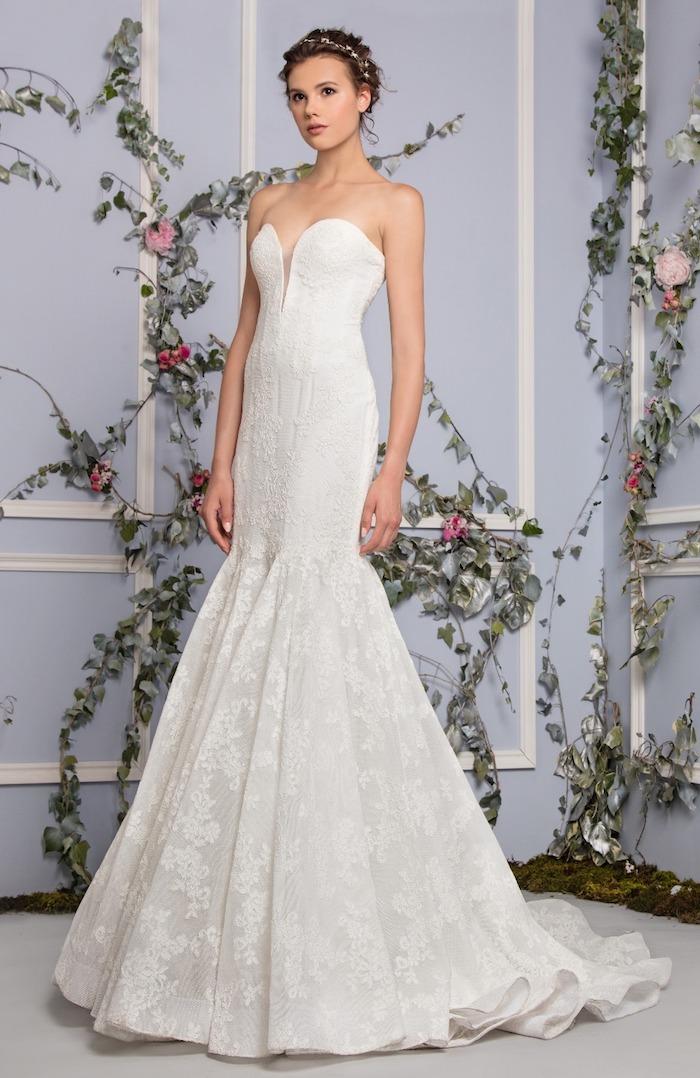 robe de mariée sirène dentelle avec une coupe fourreau et bustier original, coiffure avec couronne de fleurs