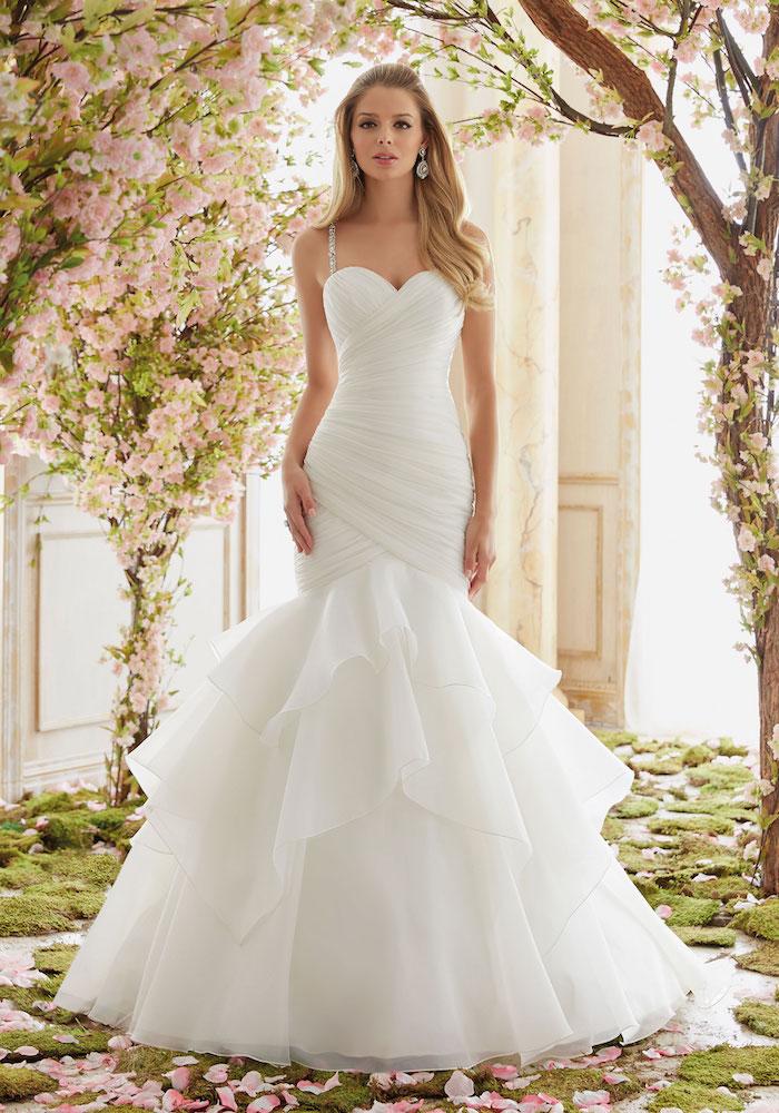 robe de mariée sirène coupe fourreau avec un top plissé et jupe en tulle, plissée et de bretelles décorées de pierres