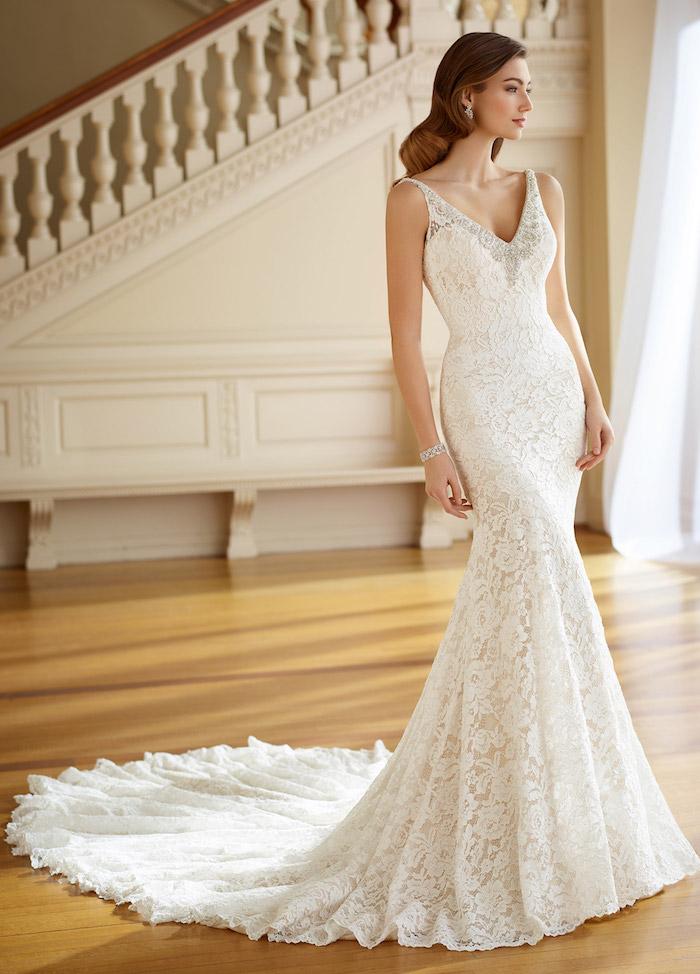 robe de mariée sirène moulante avec un bas évasée et traine, robe dentelle avec un col v élégante