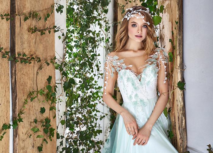 exemple de robe de mariage princesse avec un bustier blanc décoré de feuilles vertes et une jupe verte, style champetre