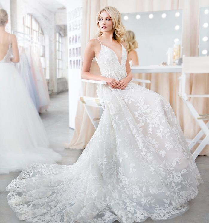 les plus belles robes de mariée, idée de robe blanche avec traîne longue et motifs floraux brodées