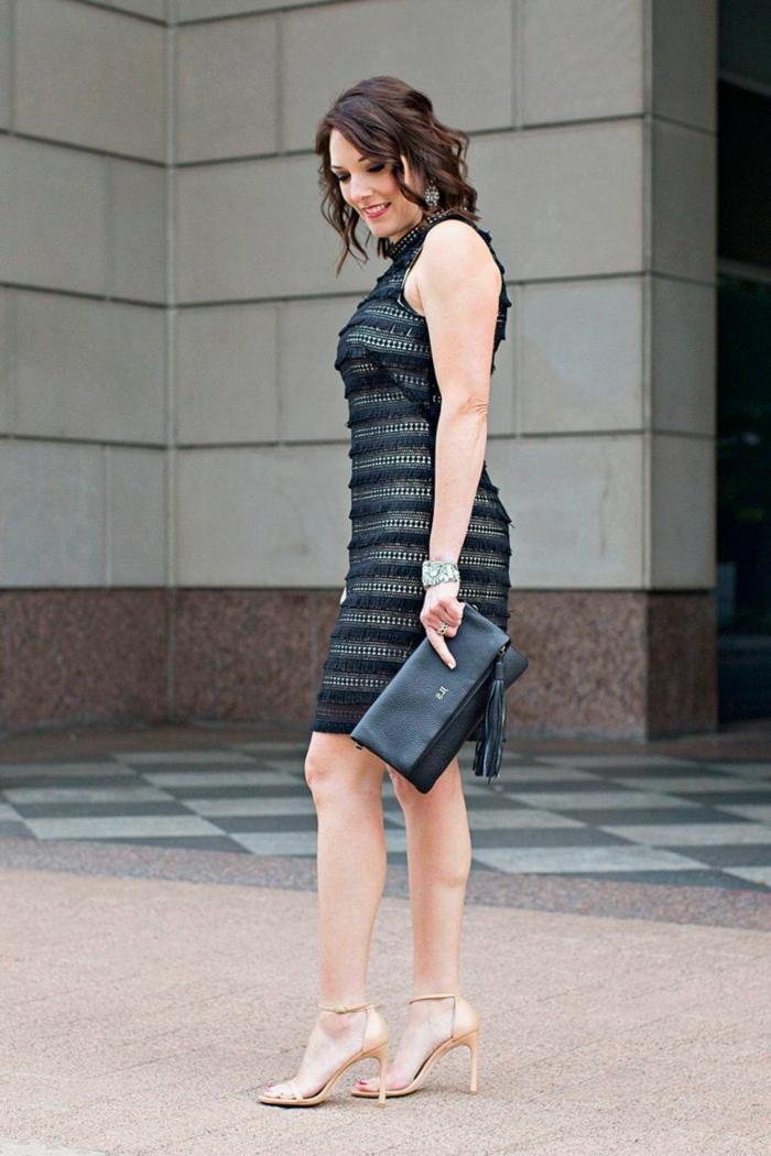 joli modèle de robe de soirée chic, robe moulante noire, sac à main noir, tenue chic femme